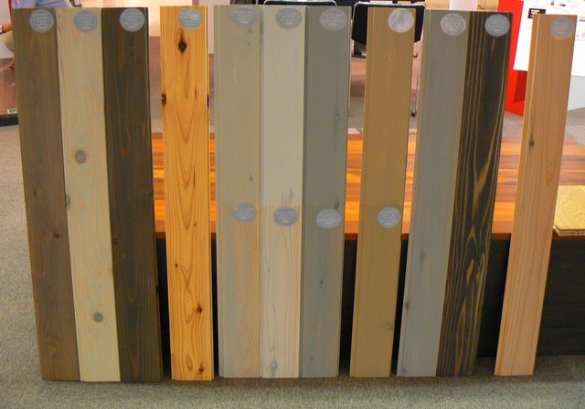 中央の上半分は二度塗り、下半分は一度塗り(写真上)。外装用ウッドステインプロテクターの3色(写真下)