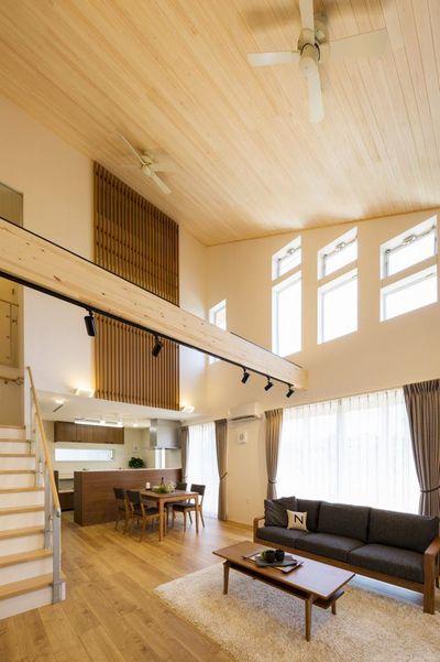 モデルハウス内観。リビング階段を配した木質感のあるLDK(23.2帖)