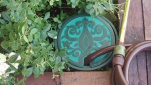 カクダイ、散水栓ボックスに唐草模様の新デザイン