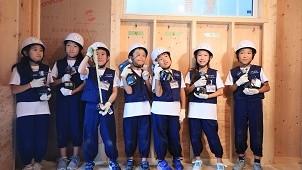 子どもたちがのこぎり体験 タツミプランニングが「こども大工」イベントを開催