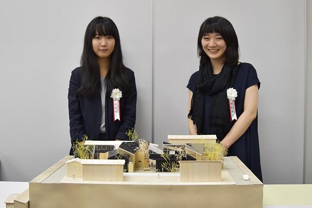 最優秀賞を受賞した永田さん(左)と稲葉さん(右)。発酵蔵で育てた麹菌を住宅に感染させ人と菌が共存するという独創的な提案が評価された