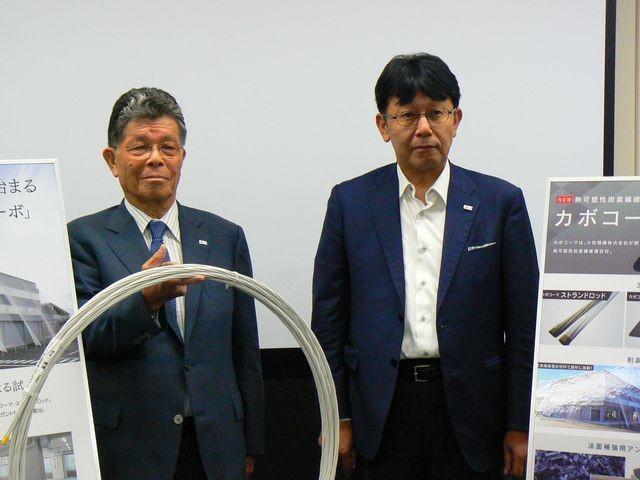 小松精錬の中山賢一会長(左)と奥谷晃宏技術開発本部長(右)。ロッドが巻かれた状態なので持ち運びがしやすいのも特長の一つ