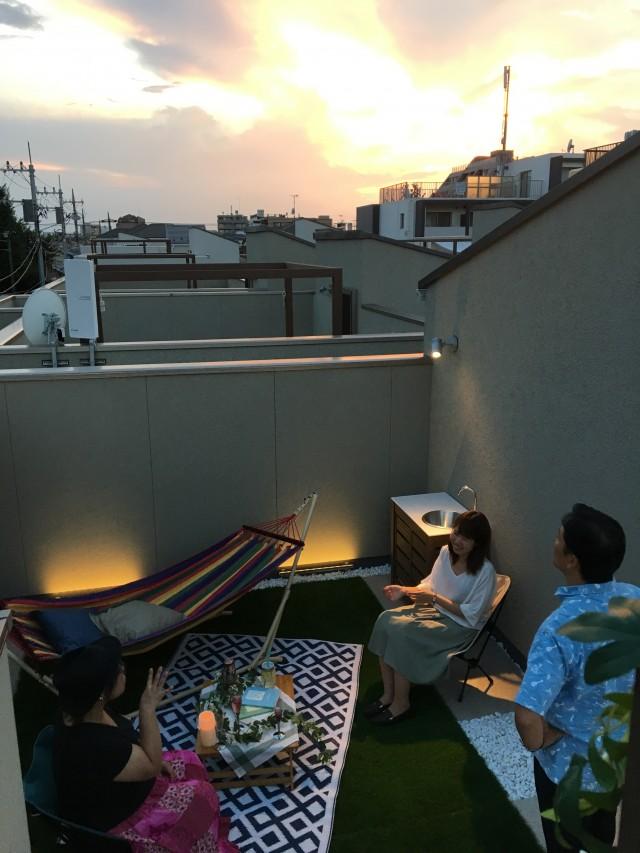 屋上リビングはグランピングの絶好の場。解放感とプライバシーを両立できる空間だ