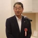オープンに先駆けて行われた報道向けの内覧会で挨拶をするクリナップの佐藤茂社長
