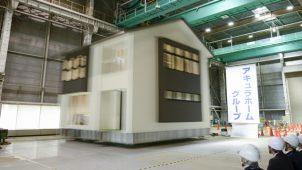 アキュラホーム、震度7クラスの地震波10回連続加振実験で強さ実証