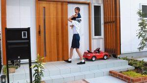 天然木ならではの豊かな表情と味わい、家族とともに育つ「木製玄関引き戸」