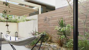 LIXIL、木質表現にこだわったアルミ形材フェンス・門扉