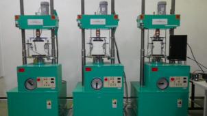 ベターリビング、工事用材料試験を効率化へ「三連式電動200kN一軸圧縮試験機」導入