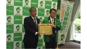 大建工業、愛知県に地元スギを活用した床材を寄贈