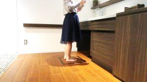 凸版印刷、体組成計を組み込んだ「健康管理できる床材」開発