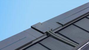 トーコー、緩勾配片流れ屋根専用の「太陽光ケーブル入線ユニット」開発