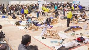 第30回技能グランプリ、「畳製作」優勝の三宅克伺さんが「内閣総理大臣賞」