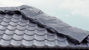 鶴弥、被災屋根用の雨養生キットを発売