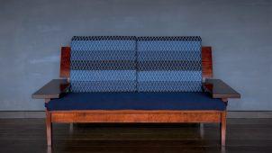 群言堂×オークヴィレッジ、藍染め布・漆塗りのソファ発売