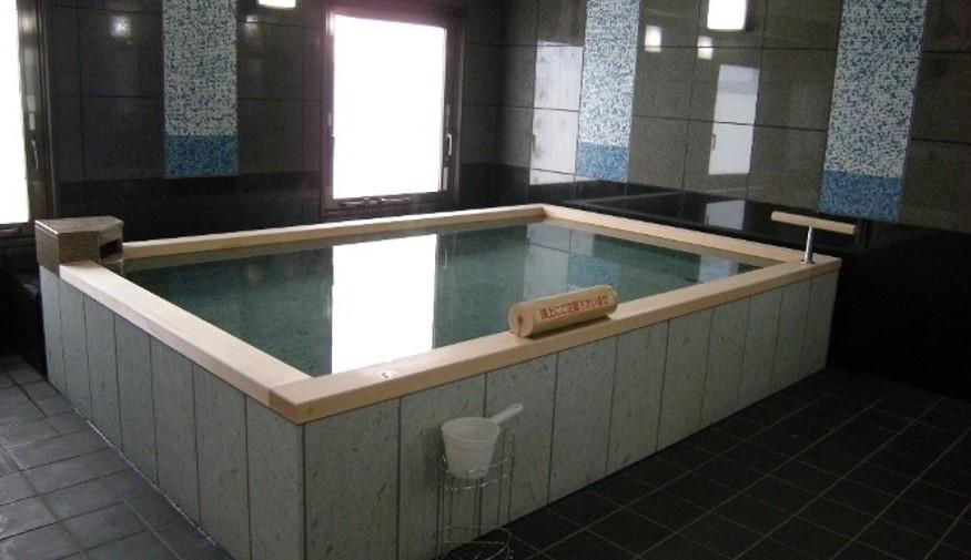 狭小間口にも対応する施設向けデザイン浴槽
