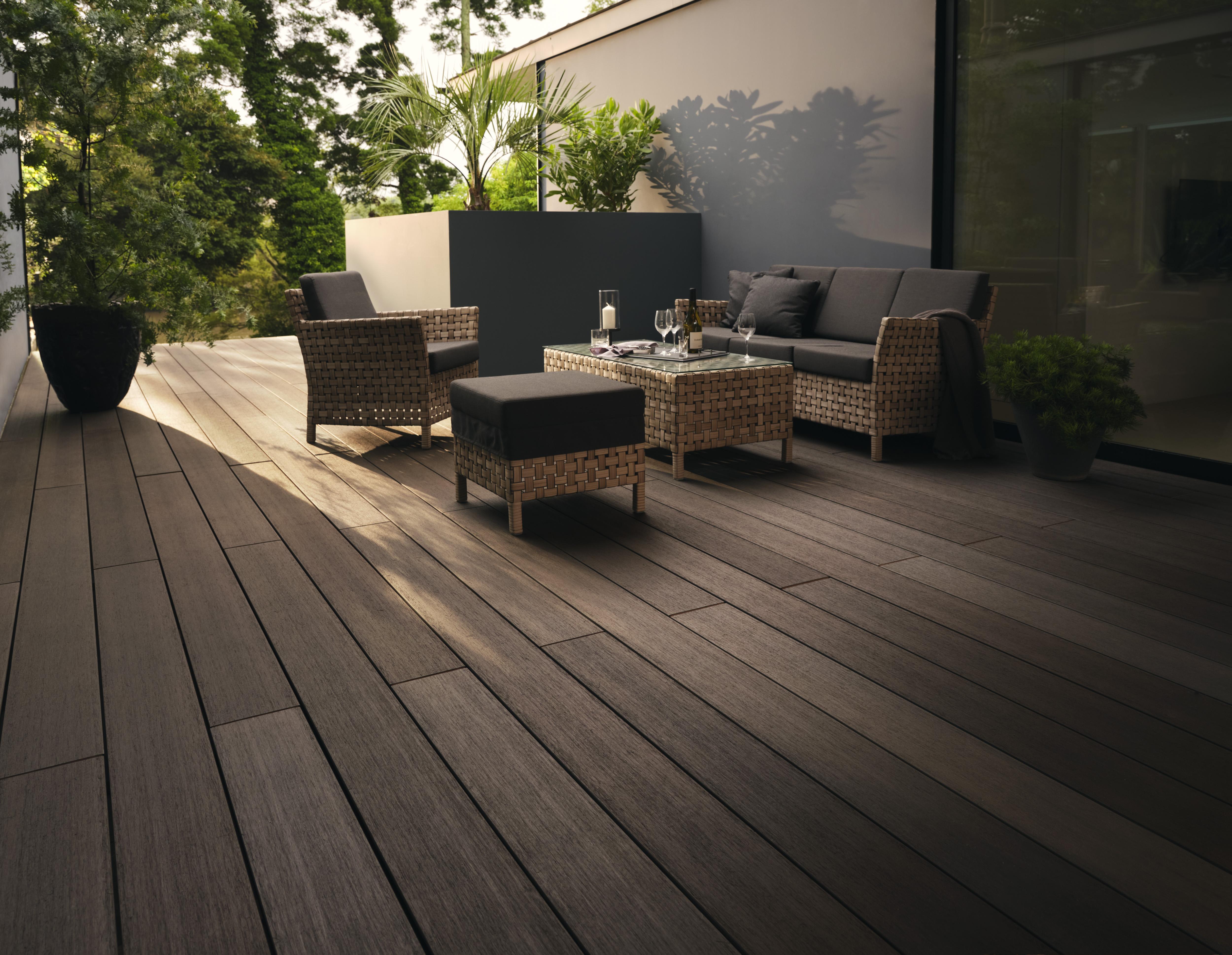 LIXIL、自然な濃淡・質感を追求した人工木デッキ