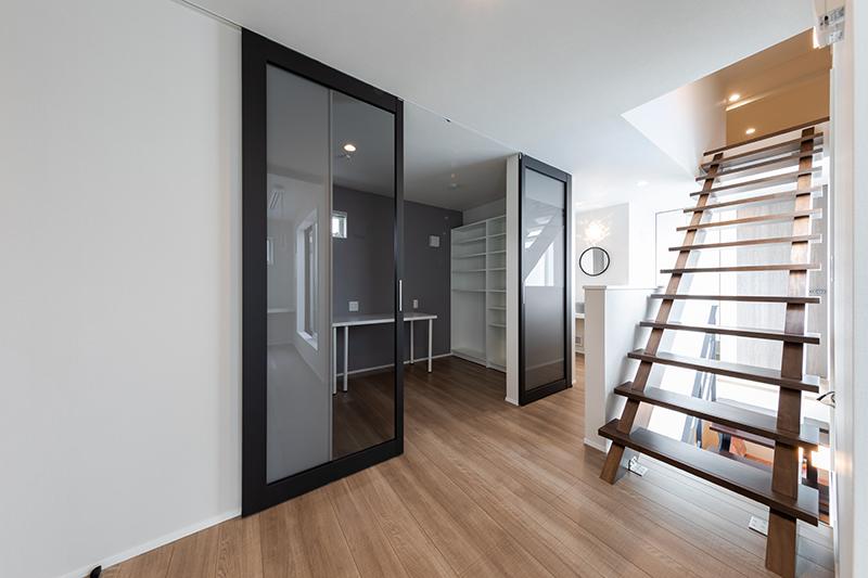 神谷コーポレーション、木製枠+全面ガラスの間仕切り戸