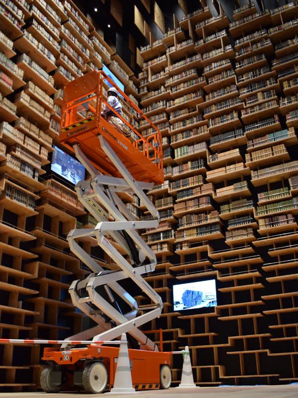 オープン前すでに圧巻 隈研吾氏デザインの巨大本棚に本3万冊を収納中 角川武蔵野ミュージアムの本棚劇場