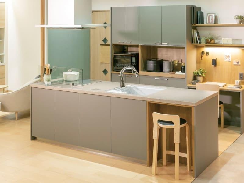 モノのデザイン 第98回 日々の調理を「共同作業」に パナソニックが提案する新たなキッチン「idobata スタイル」