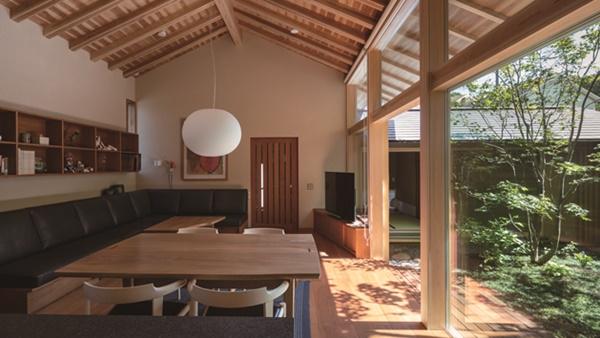 【和の建築に学ぶ】 屋根面を連続させたコの字プラン -「八王子の家」 建築家・横内敏人
