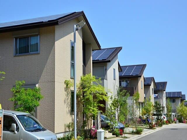 住宅建設、長期的に減少。ゼロエネルギー・ハウスの目標達成は困難。背景に人口動態、耐用年数の長期化