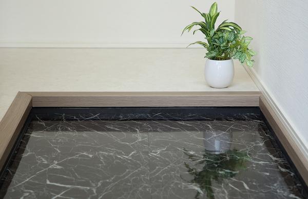 1工程で完了、床材シート一体型の玄関用防水パン